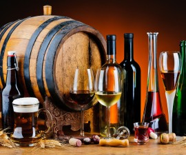 21524425_l-different alcoholic drinks and wooden barrel