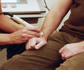 12100830_xl-Physiotherapist_treats_with_laser__800x450